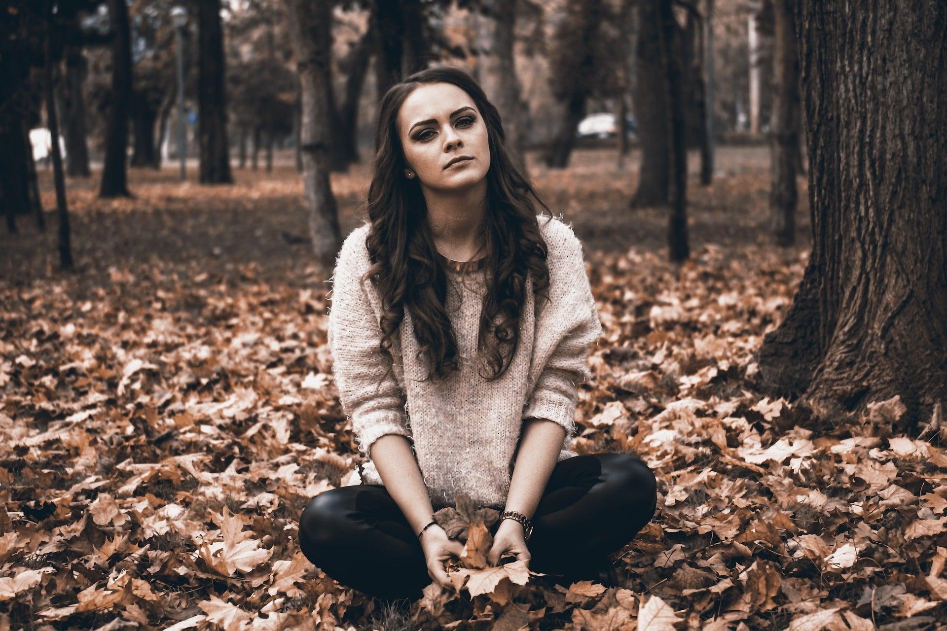 Trauerschmuck | Traurige Frau